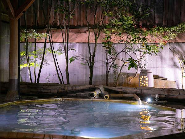 大浴場男湯:時間が経過する中、薄い綺麗なコバルトブルーに変化した湯。