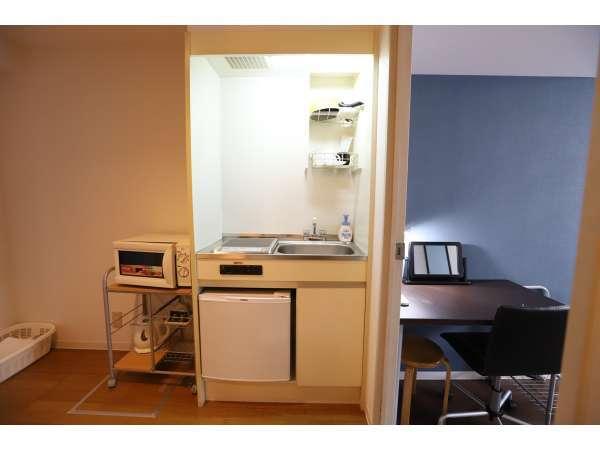 こちらはキッチンになります。生活に便利な備品を取り揃えております。全室にキッチン完備です。