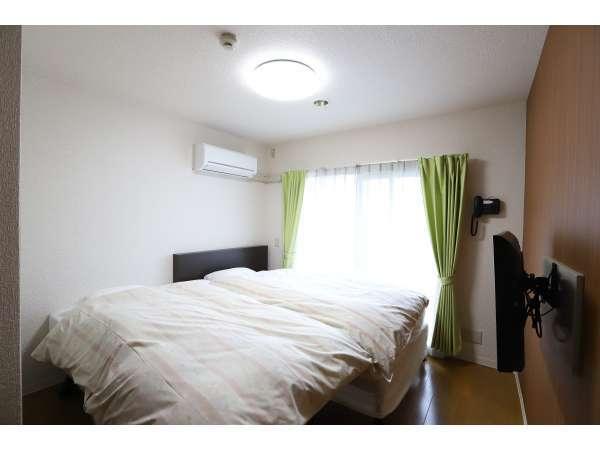 ベッドの大きさはセミダブルとシングルサイズになります。