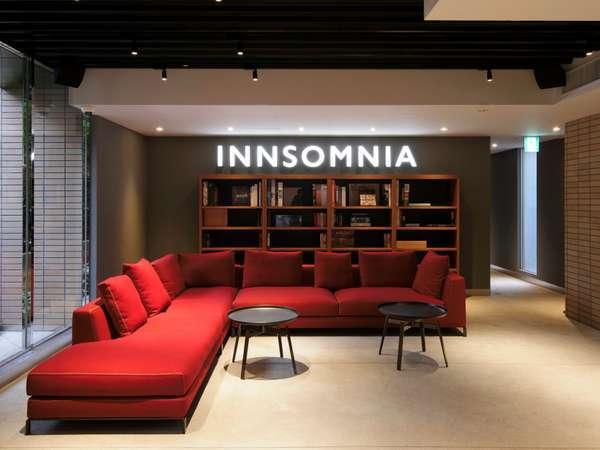 ★カフェの奥にホテル★入口はカフェ「ウニール」。その奥がホテルレセプション。赤いソファが目印です♪