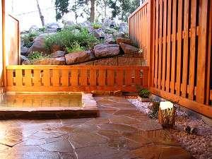 露天風呂は人工温泉でゆったりと楽しめるよ