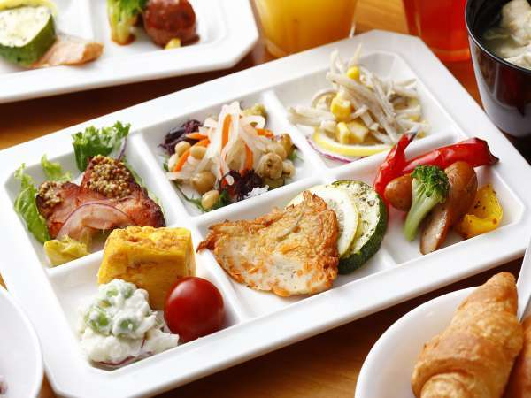 朝食:40種類の和洋バイキング