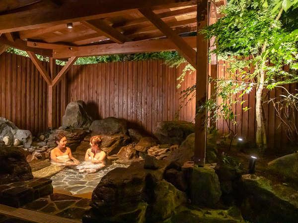 離れにある貸切の家族風呂。周りを気にせずごゆっくりお寛ぎいただけます