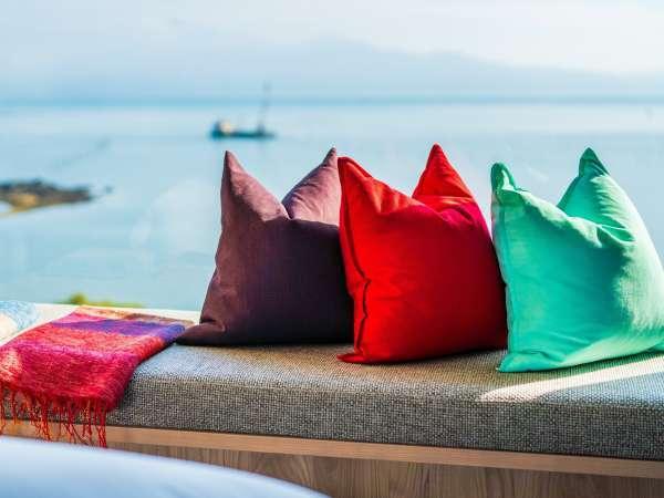 【Luxuryスイート/405】「窓際ごろりソファ」で海を横目に寛げる