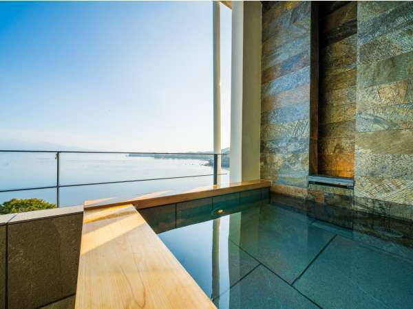 【Luxuryスイート/405】大人3人はゆっくり入れる広々とした露天風呂。24時間快適な温度で利用できる。