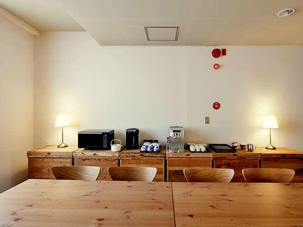 【カフェコーナー】コーヒーマシン・電気ポット・電子レンジ・おしぼりを置いております。