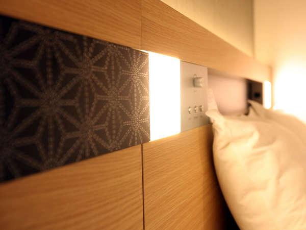 【ベッドライト】懐かしい古典柄が浮かび上がるヘッドボード。ちょっとほっこりします。