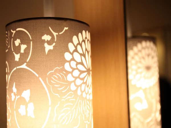【デスクライト】友禅の着物の型をペンダントライトに。京都らしい装飾です。
