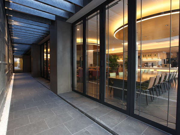 【アプローチ】ガラス張りのカフェレストランを右手に見ながらお進み頂くと入口がございます。