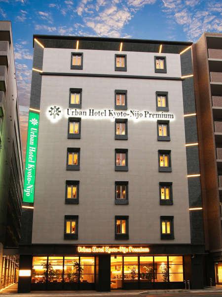 【ホテル外観】大きなガラス張りの窓が目を引くホテル外観です。