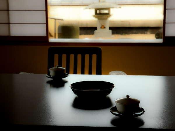 窓の外には諏訪湖。広々とした和室でゆったりと過ごす時間。