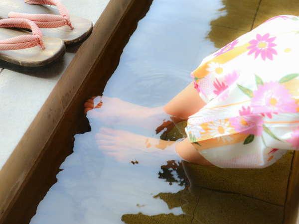 中庭に面した足湯。ご自由にどうぞ。