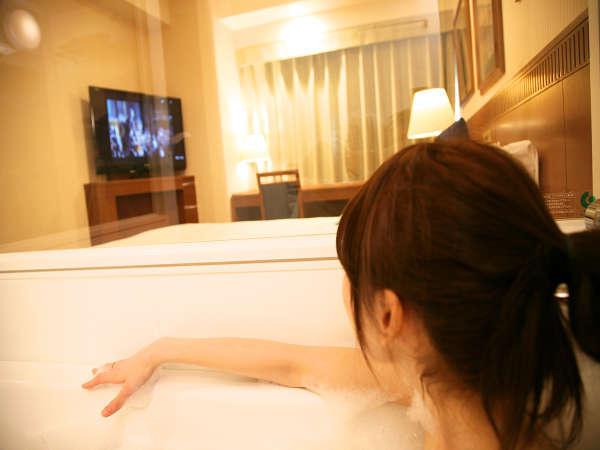 シースルーバスルームはお風呂からテレビもみれちゃう♪もちろん音声はバスルームのスピーカーから♪