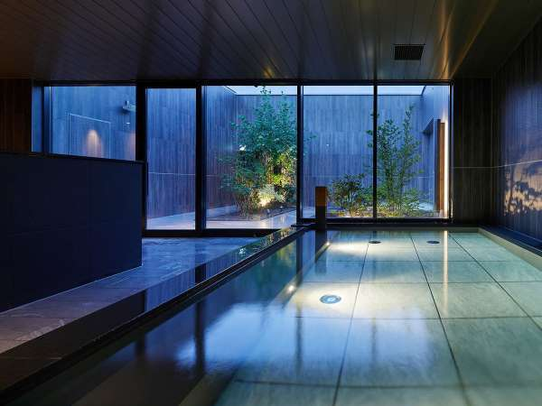 【天空露天風呂】<13F>開放感溢れる露天風呂、落ち着きある内湯、異なる趣を持つ2つの湯