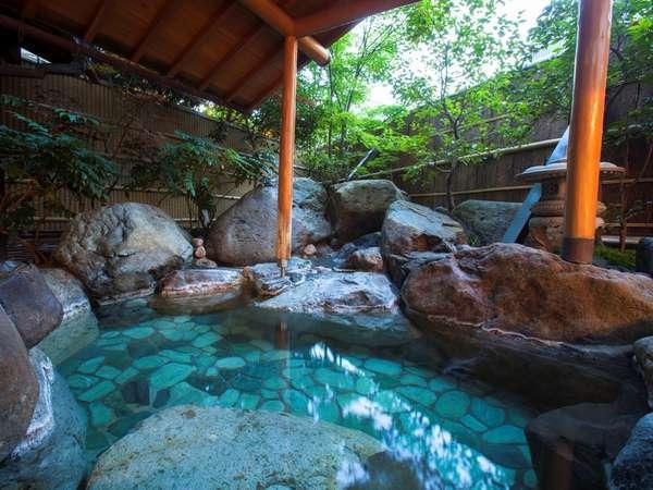 浴場「水風」の露天風呂は野趣あふれる岩風呂