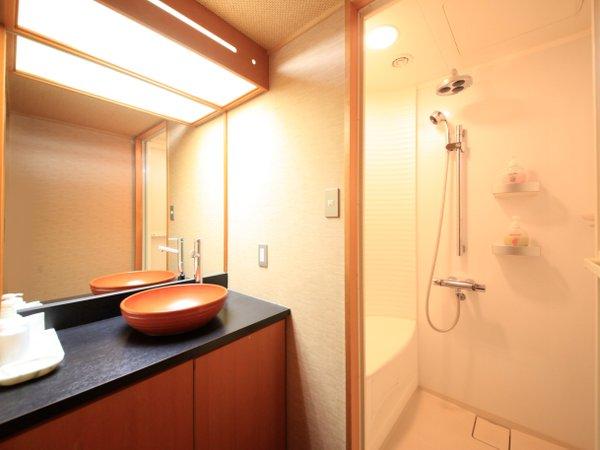 ■部屋設備■シャワーブース付和室の洗面台とシャワーブース。