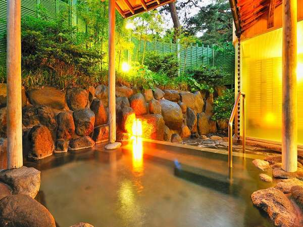 ■男性大浴場露天風呂■ 湯出し口を水面下にして、酸化を防ぎ効能を高めています。