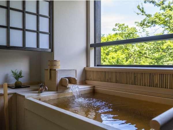 【檜の客室露天風呂】柔らかな肌触りの温泉を二人でもゆったりサイズの湯舟で愉しめる☆