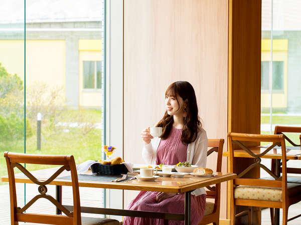 ■カフェレストラン マリーヌ■朝日が差し込むガラス張りの明るい空間。爽やかな1日の始まりを―…