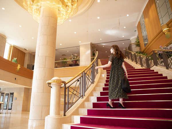 優雅なシャンデリアと気品が漂う階段。日本最北端のハイクラスホテルで素敵な旅の1ページを―…