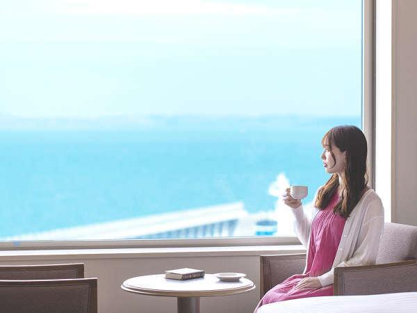 """■滞在イメージ(海側客室)■宗谷湾を眺める寛ぎの時。視界の隅々まで広がる""""最北の海""""をご堪能ください"""