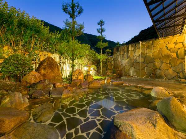 夜の露天風呂は優しい光に包まれます