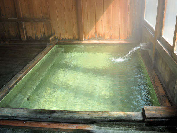 【内湯】濃厚な硫黄泉をお楽しみください。