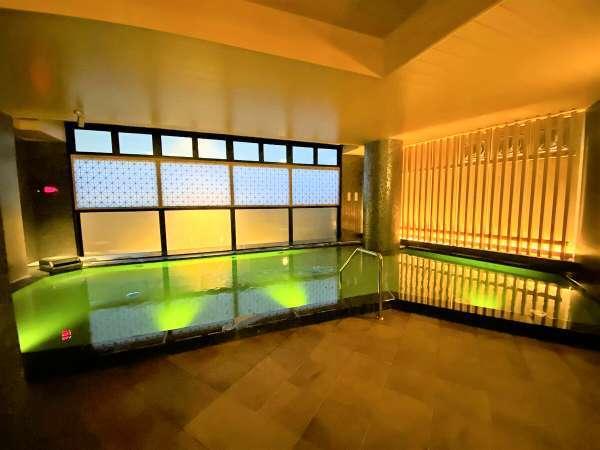 <メイン浴槽>夜はLED照明を使用した水中ライトアップ♪道後温泉の引き湯をゆっくりお楽しみください!