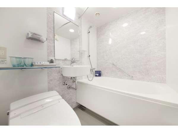 バスルームには歯ブラシやシェービングセットなどのアメニティをご用意しております♪