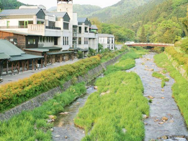 目の前には足助川が流れています。