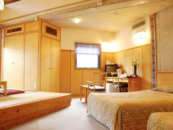 【和洋室一例】ゆったり寛げる畳スペースとベッド2台を備えています。