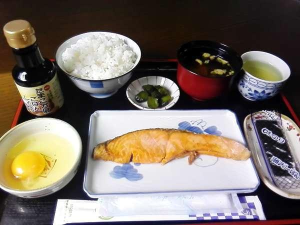 炊き立てご飯と焼き魚の朝食