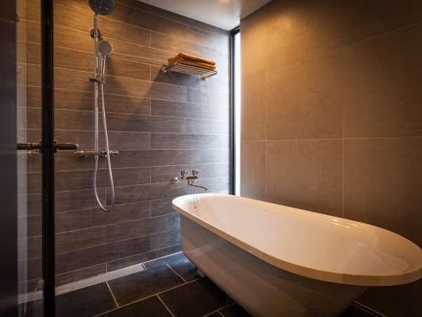 バスルームには「ねこ足タイプのバスタブ」でゆったりと(2F・3F客室)