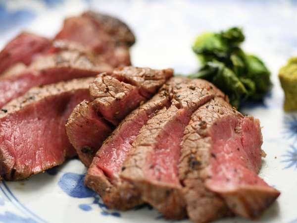 【夕食例】メインの肉は健康的に育てられた赤身の牛肉、豚肉、平飼いの鶏肉などを、ヘルシーな調理法で