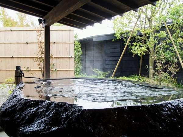 「生まれたての十割源泉」を掛けながす客室露天風呂/1階客室は蔵王石、2階客室は檜の露天風呂をご用意
