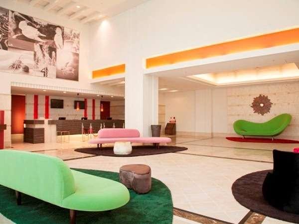 【ロビー】フレンチポップなメルキュールホテル沖縄那覇のロビー