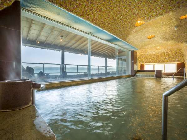 【女性大浴場】海側に面したご婦人大浴場。内壁の装飾がきらびやかに空間を彩ります。