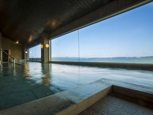 【男性大浴場】海を望む湯を楽しむ「白鷺」。湯船に入ると、海と一体となった感覚が味わえます。