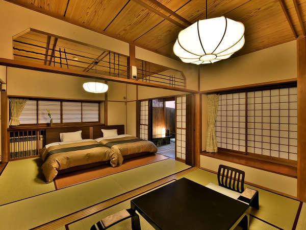 「温泉露天客室」のお部屋(美松亭)の一例。二間続きの和室にベッドがあり、源泉かけ流しの露天風呂付