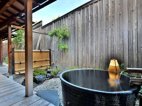 「温泉露天メゾネット」の客室専用露天風呂の一例。源泉かけ流しです