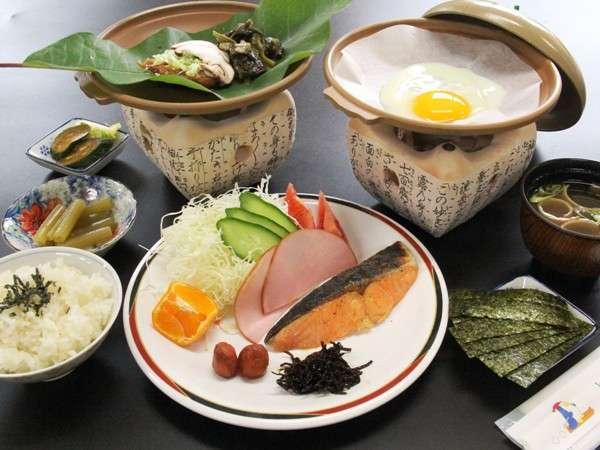朝食には焼魚、玉子料理、お味噌汁等ごはんに合うおかずの数々。夏季限定で朴葉味噌もご用意しています