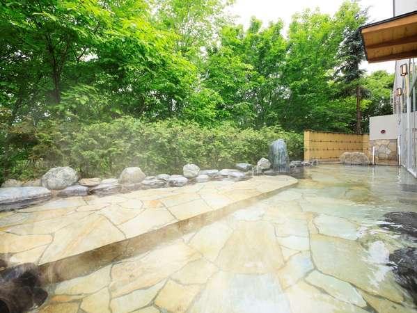 〔大浴場〕温泉につかりながら自然の景観を眺める事のできる露天風呂
