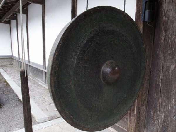 大きな銅鑼(どら)もございます。古くから伝わるもので、時などを知らせる大切な道具です。