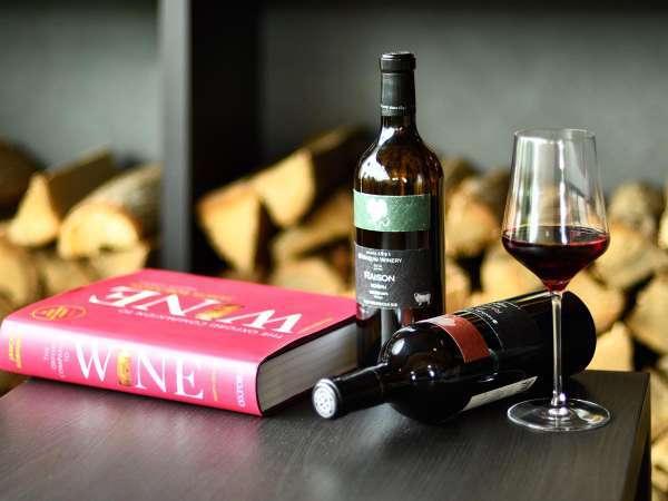 ライブラリーラウンジで好きな本とワインで寛ぎのひとときを。