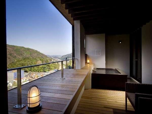 《風の舘・デラックスツイン》のアウターリビングと天然温泉の専用露天風呂。