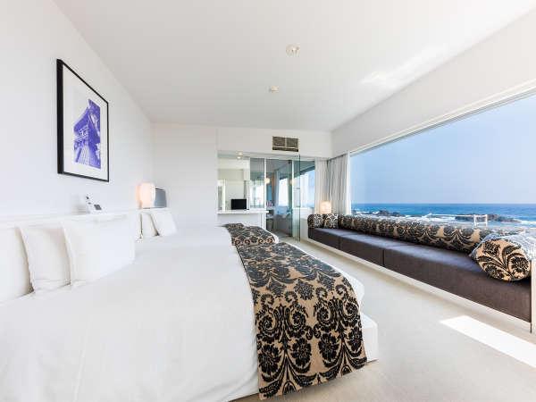 1室限定のスイートルーム。広々としたリビングと寝室。太平洋を望むテラスバスの贅沢空間。
