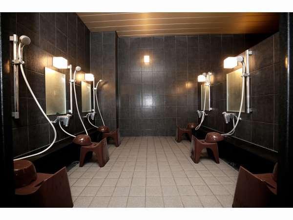 男性用大浴場の洗い場になります
