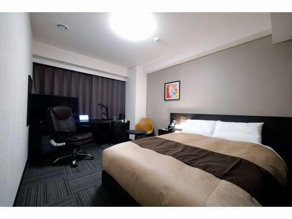 ダブルルーム 140cm幅の日本ベッド製ダブルベッドを採用