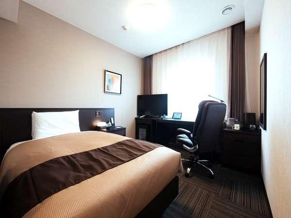 シングルルーム 120cm幅の日本ベッド製セミダブルベッドを採用
