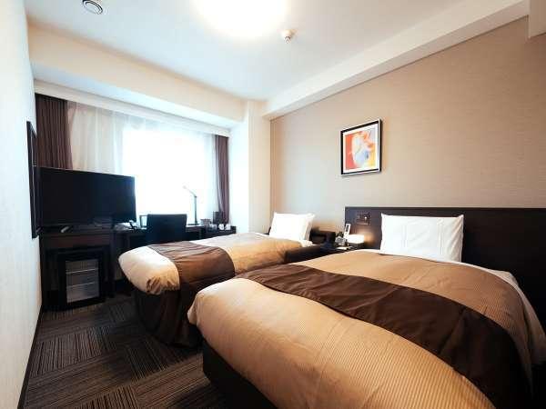 ツインルーム 120cm幅の日本ベッド製セミダブルベッドとソファーベッドを採用(ベッド組立後)